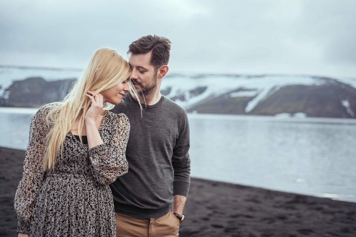 Naturalna para młoda podczas ślubnej sesji plenerowej na Islandii