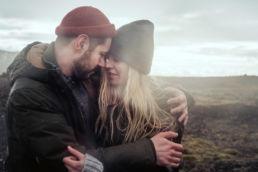 Zdjęcie ślubne przytulonej pary młodej podczas sesji zdjęciowej w deszczu na Islandii
