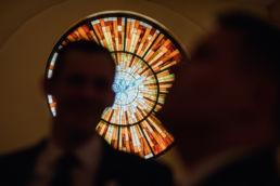 Zdjęcie witrażu w kościele z dnia wesela w Pałacu Lasotów wykonane przez fotografa na wesele z Warszawy.