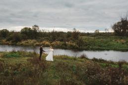Fotografia ślubna wykonana podczas ślubnej sesji plenerowej nad Bugiem w województwie mazowieckim