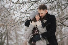 Zimowa sesja zakochanych zrealizowana w Piasecznie przez fotografa ślubnego