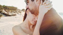 Zdjęcie ślubne z sesji plenerowej wykonanej nad morzem |fotografia ślubna Kozinskifoto