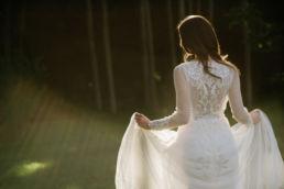 Zdjęcie panny młodej podczas naturalnej ślubnej sesji plenerowej.