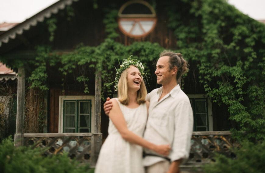 Rustykalna sesja zdjęciowa pary zakochanych w sielankowym Uroczysko-Zaborek