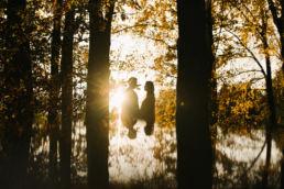 Klimatyczna jesienna sesja przedślubna pary narzeczonych