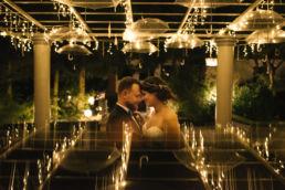 Fotografia weselna wykonana po zmierzchu na weselu w Jaworowym Dworze