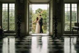 Ślubna sesja fotograficzna wykonana w pałacowych wnętrzach pałacu w Otwocku Wielkim przez Kozinskifoto