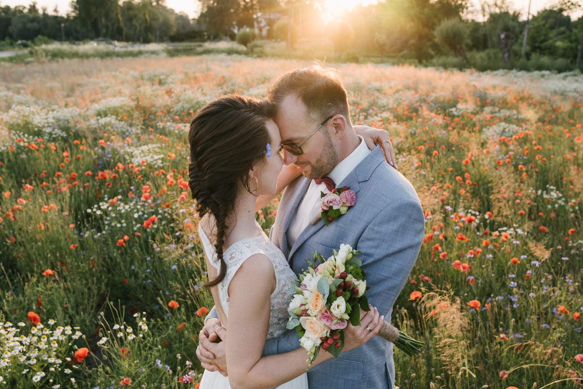 zdjęcie z pleneru ślubnego na łące