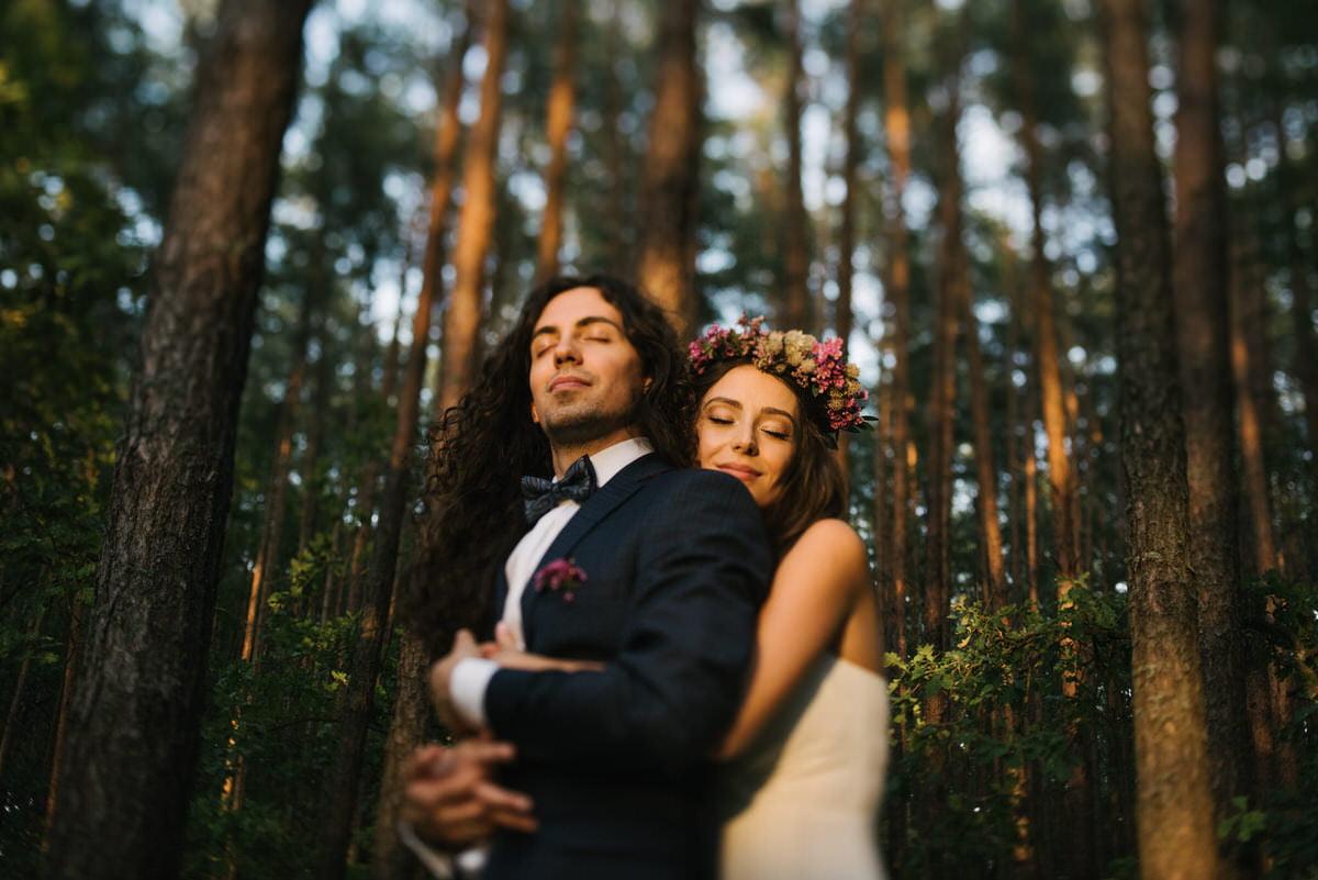 naturalna sesja ślubna pary młodej w lesie