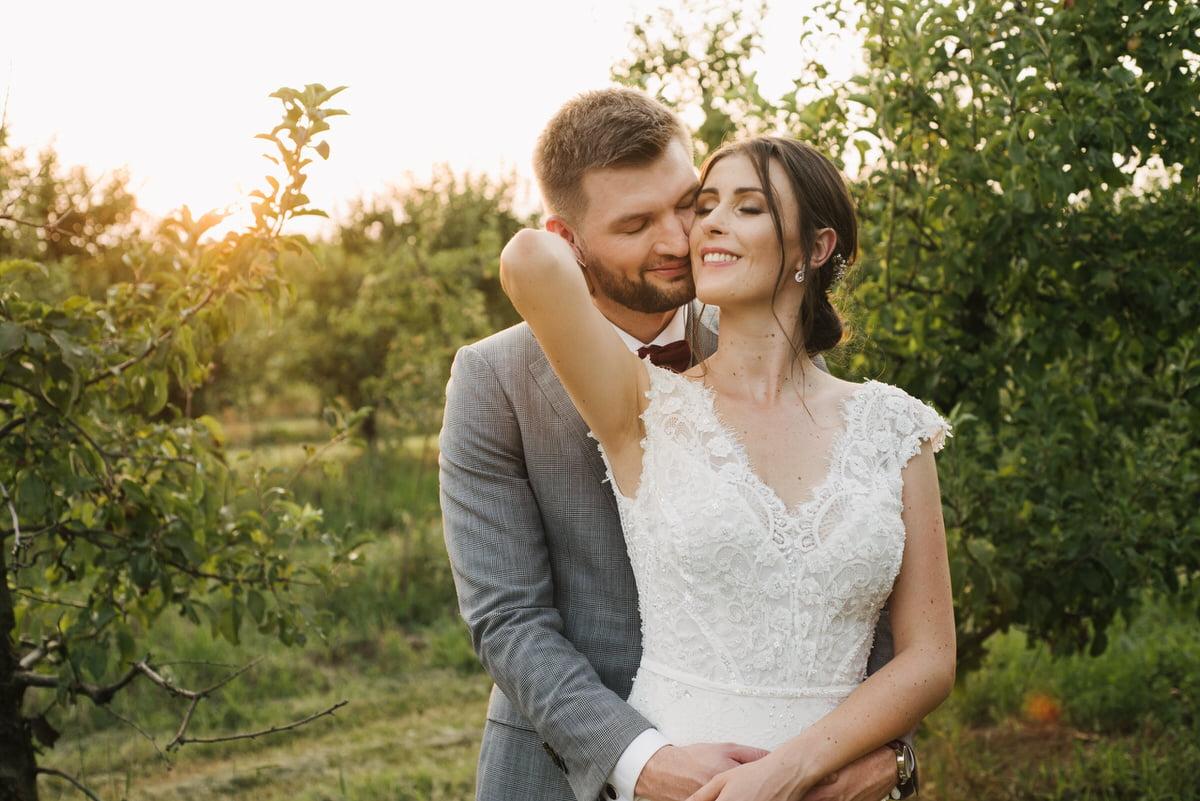 ślubna sesja plenerowa w sadzie