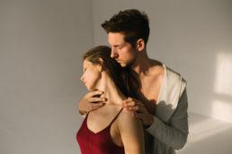 Sesja zdjęciowa dla par wykonana w warszawskim studio Brooklyn przez Kozinskifoto fotografia sensualna