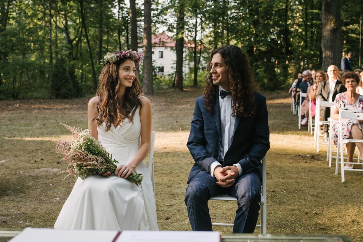 para młdoa na ślubie cywilnym w plenerze