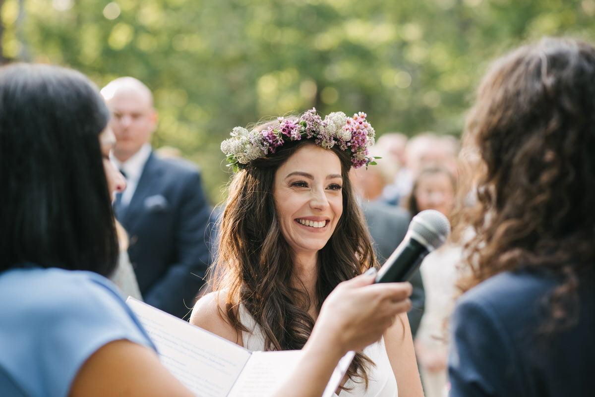 panna młoda na plenerowym ślubie cywilnym