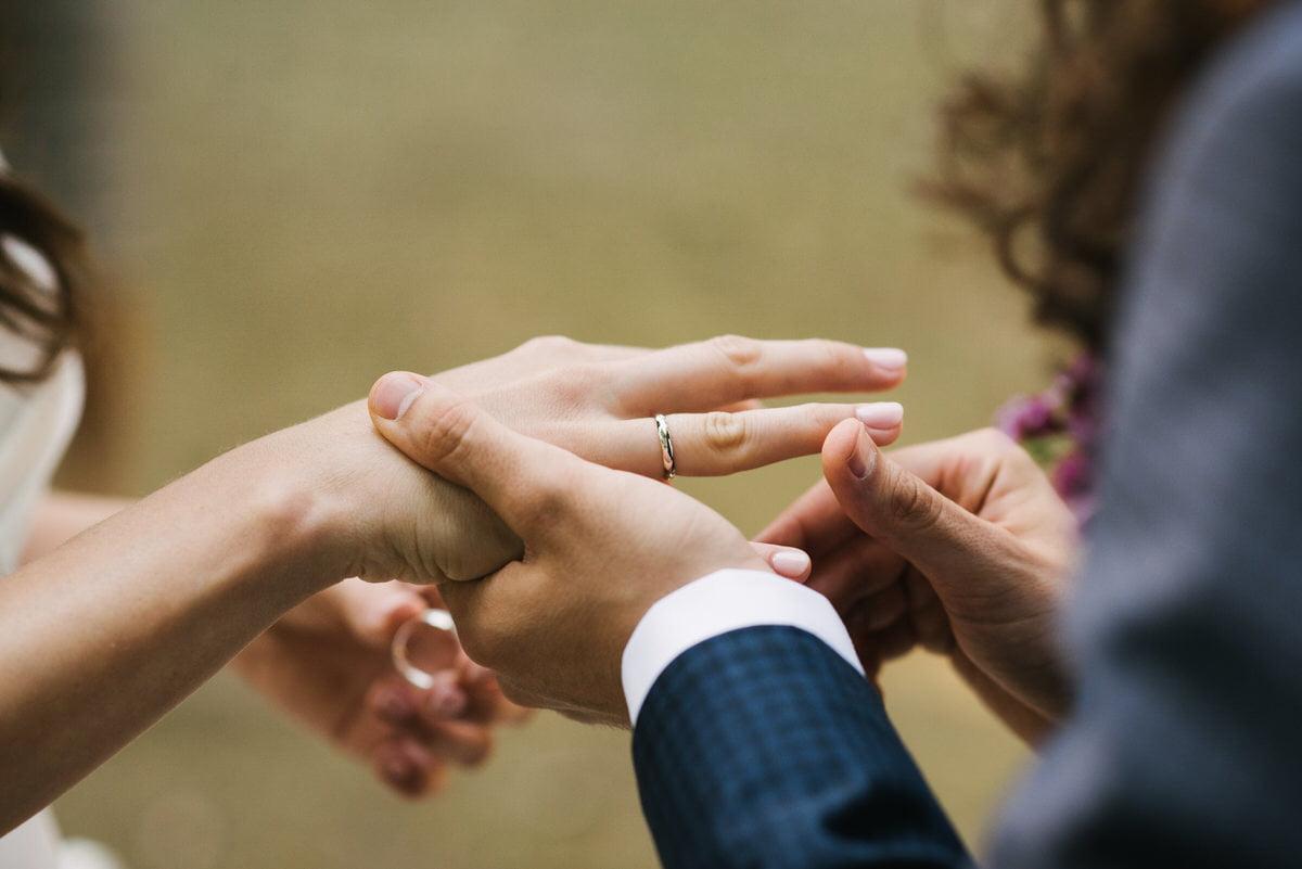 zakładanie obrączek - ślub w plenerze