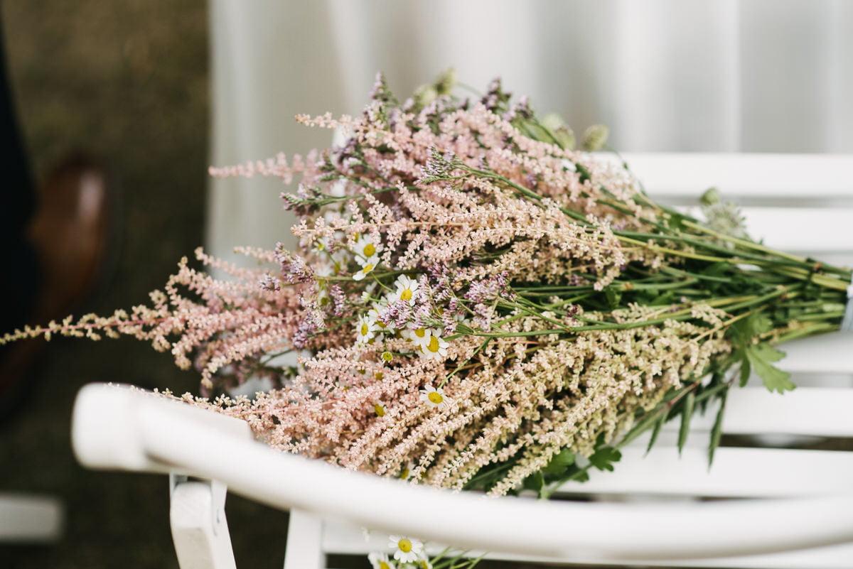 bukiet ślubny na cywilnym ślubie w plenerze