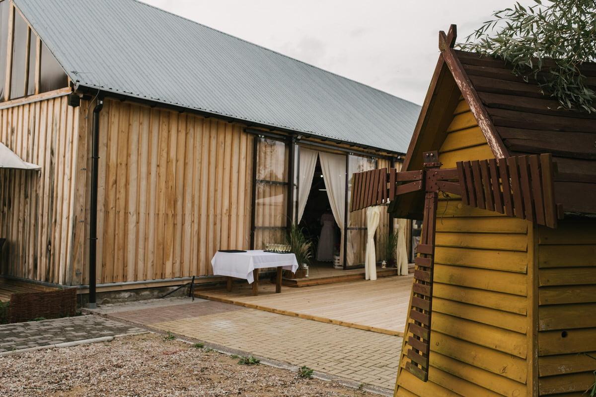 Chata za wsią - rustykalne wesele w stodole