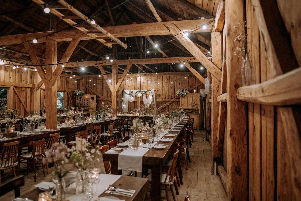 wnętrze rustykalnej sali weselnej - Osada Młyńska